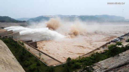 Water gushes out from the Xiaolangdi Reservoir on the Yellow River during a sand-washing operation in Luoyang, central China's Henan Province, June 30, 2014. The on-going operation works by discharging water from the reservoir to clear up the sediment in the Yellow River, the country's second-longest waterway. This year, the sand-washing operation will be jointly conducted in Xiaolangdi Reservior, Sanmenxia Reservior and Wanjiazhai Reservoir, an effort to make speeding currents carry tons of sand into the sea. The Yellow River has been plagued by an increasing amount of mud and sand. Each year, the river bed rises as silt deposits build up, slowing the water flow in the lower reaches. (Xinhua/Zhu Xiang)