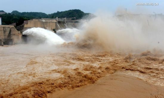 Photo taken on June 30, 2014 shows water cascades generated by the Xiaolangdi Dam on the Yellow River in Jiyuan, central China's Henan Province. The artificial water cascades generated by the Xiaolangdi Dam on the Yellow River are feasts for the eyes for tourists when the dam does its annual de-sedimentation between late June and early July. (Xinhua/Li An)