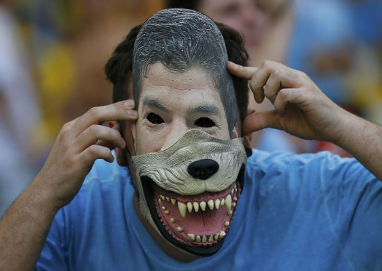 A Uruguayan dons a mask in tribute to Luis Suarez, June 28, 2014. [Photo/Agencies]