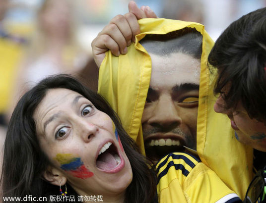 Colombian supporters with a mask of Luis Suarez before the round of 16 game, June 28, 2014. [Photo/IC]
