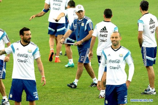 Argentina's head coach Alejandro Sabella (C) is seen during a training session in Belo Horizonte, Brazil, July 6, 2014. Argentina will competes with Netherlands in a semi-finals match of the 2014 FIFA World Cup on July 9. (Xinhua/Telam)