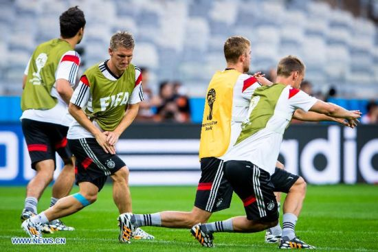 Bastian Schweinsteiger (2nd L) of Germany warms up ahead of a training session in Belo Horizonte, Brazil, on July 7, 2014. Germany will play Brazil in their 2014 World Cup semifinal here on July 8. (Xinhua/Liu Bin)
