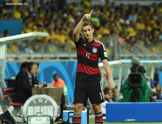 Germany's Miroslav Klose greets the spectators after being replaced during a semifinal match between Brazil and Germany of 2014 FIFA World Cup at the Estadio Mineirao Stadium in Belo Horizonte, Brazil, on July 8, 2014.(Xinhua/Liu Dawei)
