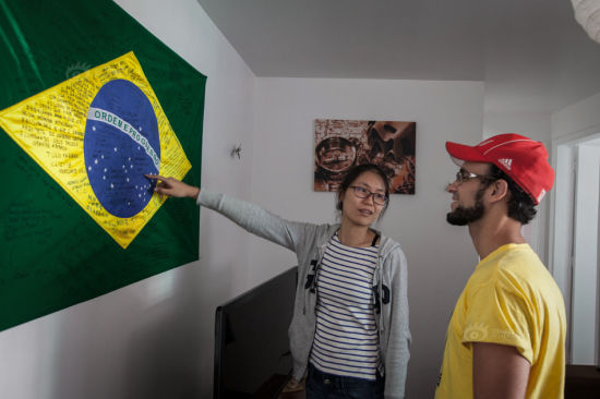 They found the hotel via an Internet site named Airbnb. The fare was 600 yuan ($ 95) per room, with 100 yuan ($ 15) brokerage fee for the site. They prepared small gifts for the hotel runner. Wang also interpreted the message left on the hotel's Brazilian national flag by other Chinese tourists.