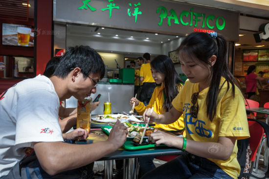 """After a short break, the two couples had a """"kilo"""" buffet lunch in a restaurant. With a Chinese name """"太平洋"""", the restaurant sold Brazilian flavored Japanese food. Comparing to local food, the four still preferred oriental cuisine."""