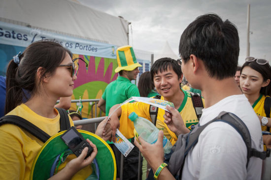 Despite the fact that Brazil encountered a disastrous defeat in the last game, many still came for the match. The two couples checked the information on their tickets. Their tickets were all in the first class with the best view, costing $ 330 per person.