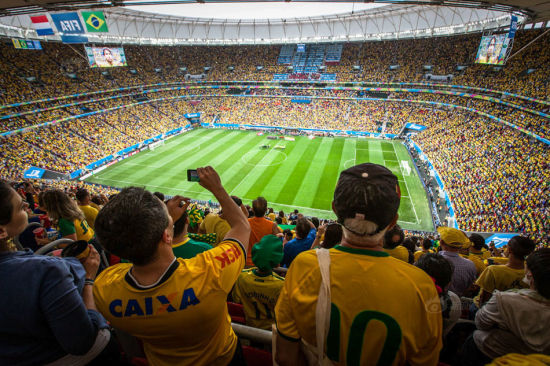 Players of Brazil and Holland walked in. Audiences all over the stadium sang Brazil's national anthem loudly.