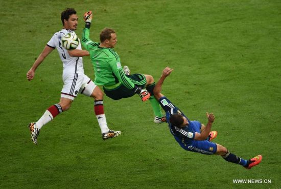 Germany's goalkeeper Manuel Neuer (C) vies with Argentina's Gonzalo Higuain (R) during the final match between Germany and Argentina of 2014 FIFA World Cup at the Estadio do Maracana Stadium in Rio de Janeiro, Brazil, on July 13, 2014.(Xinhua/Li Ga)