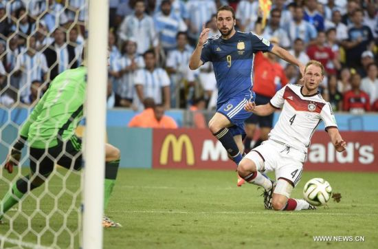 Argentina's Gonzalo Higuain (C) makes a shot during the final match between Germany and Argentina of 2014 FIFA World Cup at the Estadio do Maracana Stadium in Rio de Janeiro, Brazil, on July 13, 2014. (Xinhua/Yang Lei)