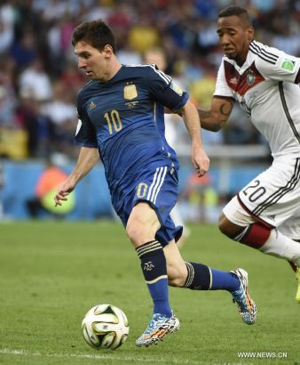 Argentina's Lionel Messi (L) controls the ball during the final match between Germany and Argentina of 2014 FIFA World Cup at the Estadio do Maracana Stadium in Rio de Janeiro, Brazil, on July 13, 2014. (Xinhua/Yang Lei)