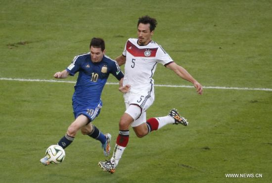 Germany's Mats Hummels vies with Argentina's Lionel Messi during the final match between Germany and Argentina of 2014 FIFA World Cup at the Estadio do Maracana Stadium in Rio de Janeiro, Brazil, on July 13, 2014.(Xinhua/Liao Yujie)