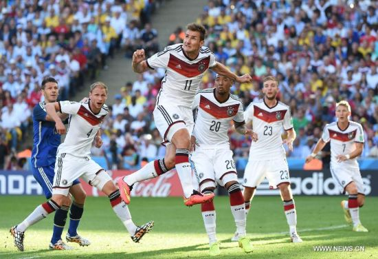 Germany's Miroslav Klose (up) strives for a header during the final match between Germany and Argentina of 2014 FIFA World Cup at the Estadio do Maracana Stadium in Rio de Janeiro, Brazil, on July 13, 2014. (Xinhua/Liu Dawei)