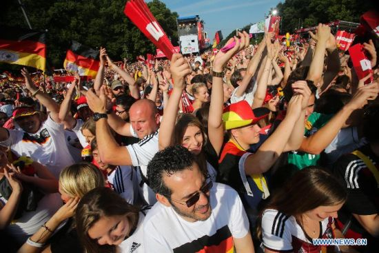 German football fans celebrate to mark their 2014 Brazil World Cup victory in Berlin, Germany, July 15, 2014. Germany's team returned home on Tuesday after winning the 2014 Brazil World Cup. (Xinhua/Zhang Fan)