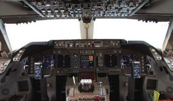 Glass Cockpit of B-2472. Photo source: Sina.com