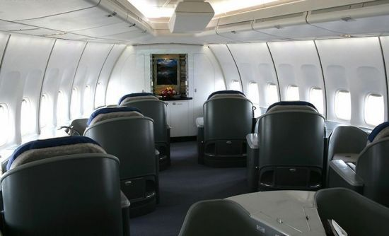 The fore cabin is on the upper floor of the plane. It is the place where President is usually seated. There are 10 seats which can be adjusted to 135 °for lying on. The arrangement of seats is also flexible, but is more like a business class of an ordinary flight rather than a luxurious hotel that some might think to be. Photo source: Sina.com