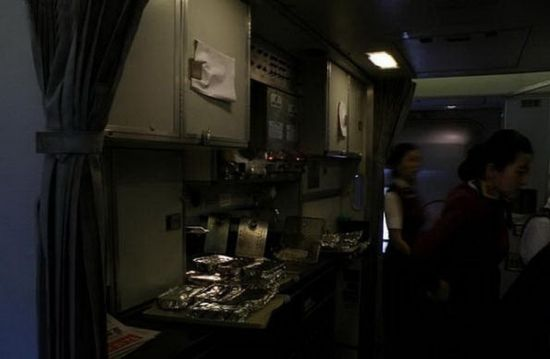B-2472's kitchen connects the cabins of the first class and the economy class. It provides food for the president as well as his entourage. Photo source: Sina.com
