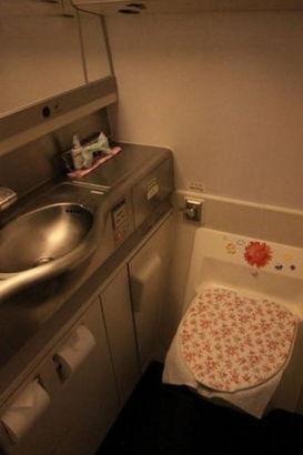 Toilet of B-2472. Photo source: Sina.com