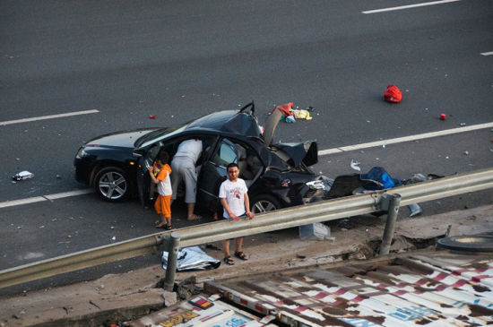 A trailer carrying 11 luxury cars rolled over on its side after hitting on the rear-end of a Mazda sedan at about 6:20 pm on July 20. The accident happened near the exit of Shenyang – Haikou highway near Xiamen city, resulting in three people in the Mazda sedan injured.