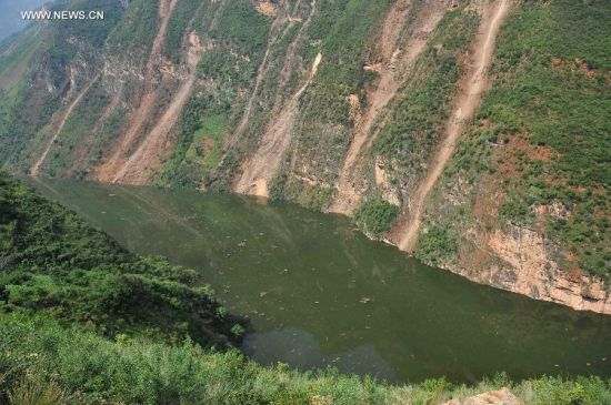 Photo taken on Aug. 7, 2014 shows an earthquake-formed barrier lake on the Niulan River in Zhichang Township of Huize County, southwest China's Yunnan Province. The water level of the barrier lake is threatening local residents with flooding rising alarmingly. The army has planned to use dynamite to blow up blockage which formed the lake. (Xinhua/Xue Yubin)