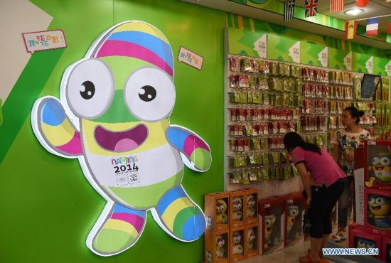 Residents choose the YOG mascot souvenirs in licensed shop at Confucius Temple in Nanjing, east China's Jiangsu Province, August 14, 2014. (Xinhua/Yan Yan)
