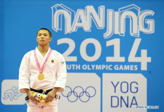 Abe Hifumi of Japan(L) poses after Men -66 kg of Judo event of Nanjing 2014 Youth Olympic Games in Nanjing, capital of east China's Jiangsu Province, August 17, 2014. Abe Hifumi won the gold medal. (Xinhua/Guo Chen)