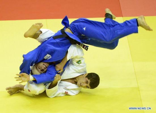 Sukhrob Tursunov of Uzbekistan(Bottom) competes during Men -66 kg of Judo event of Nanjing 2014 Youth Olympic Games in Nanjing, capital of east China's Jiangsu Province, August 17, 2014. Sukhrob Tursunov won the bronze medal. (Xinhua/Yang Shiyao)