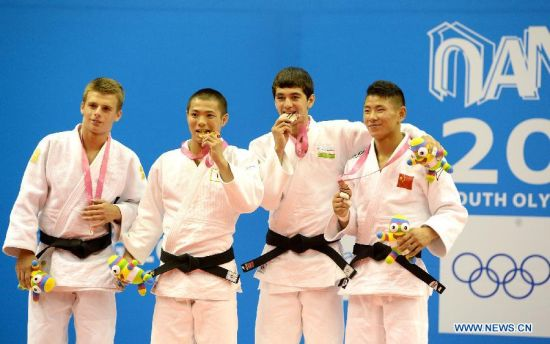 Bogdan Iadov of Ukraine(1st, L), Abe Hifumi of Japan(2nd, L), Sukhrob Tursunov of Uzbekistan(3rd, L) and Wu Zhiqiang of China pose after Men -66 kg of Judo event of Nanjing 2014 Youth Olympic Games in Nanjing, capital of east China's Jiangsu Province, August 17, 2014. Abe Hifumi won the gold medal. (Xinhua/Guo Chen)