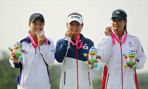 Gold medalist Lee So-young (center) of South Korea, silver medalist Cheng Ssu-chia (left) of Chinese Taipei and bronze medalist Supamas Sangchan of Thailand pose after the final day's play of the girls' golf competition at the Youth Olympic Games on Thursday.