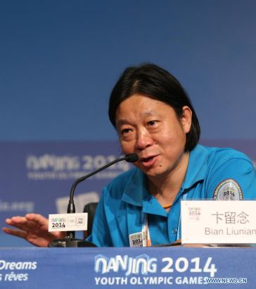 Bian Liunian, music director of the closing ceremony, addresses at the press conference at the Main Media Center during the 2014 Nanjing Youth Olympic Games in Nanjing, capital of east China's Jiangsu Province, on Aug. 26, 2014. The Press Conference introduces the preparation work of the closing ceremony. (Xinhua/Cao Can)