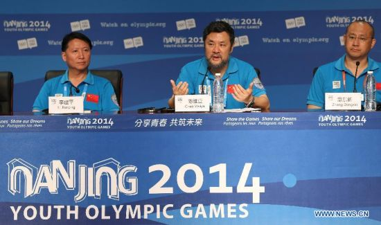 Chen Weiya (C), director of the closing ceremony, addresses at the press conference at the Main Media Center during the 2014 Nanjing Youth Olympic Games in Nanjing, capital of east China's Jiangsu Province, on Aug. 26, 2014. The Press Conference introduces the preparation work of the closing ceremony. (Xinhua/Cao Can)