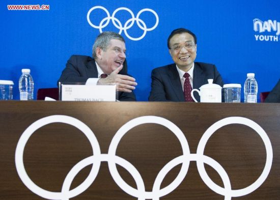 Chinese Premier Li Keqiang (R) talks with President of the International Olympic Committee Thomas Bach during the closing ceremony of the second Summer Youth Olympic Games, in Nanjing, capital of east China's Jiangsu Province, Aug. 28, 2014. (Xinhua/Xie Huanchi)
