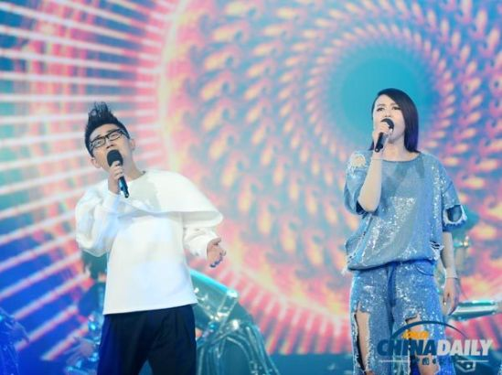 Chinese singer Tan Weiwei (R) performs at the opening ceremony of the 10th China Golden Eagle TV Art Festival in Changsha, Hunan province on Oct 10, 2014.