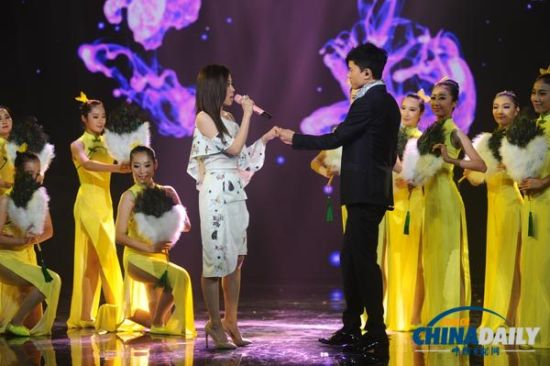 Chinese singer Zhang Liangying (L) and Zhang Jie perform at the opening ceremony of the 10th China Golden Eagle TV Art Festival in Changsha, Hunan province on Oct 10, 2014.