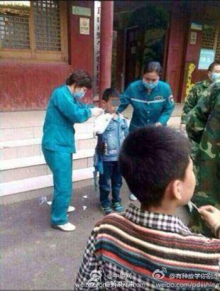【画像】動物園で熊に餌をやろうとした少年、腕を肩から食いちぎられる 中国