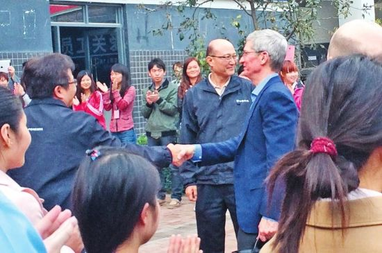 Tim Cook visits Zhengzhou plant workers