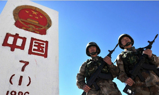 Chinese soldiers stand sentry in front of the No 7 boundary demarcation sign at the Khunjerab Pass, Xinjiang Uygur autonomous region. Standing at an altitude over 4,700 meters above sea level, Khunjerab Pass is the world's highest frontier port on the bordering area between China and Pakistan. [Photo/ Weibo account of PLA Daily]