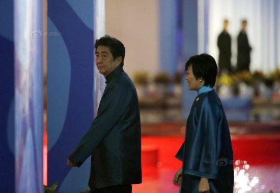 Japanese president Shinzo Abe (L)
