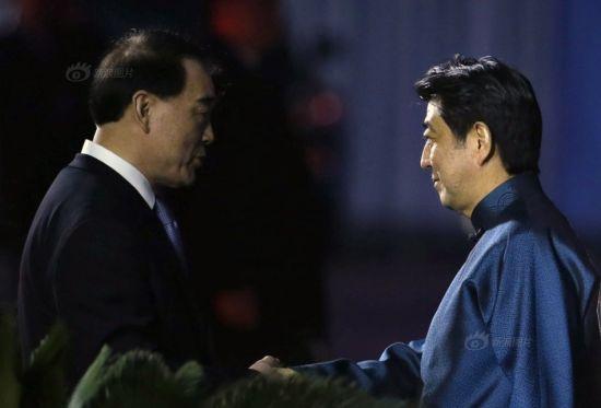 Japanese president Shinzo Abe (R)