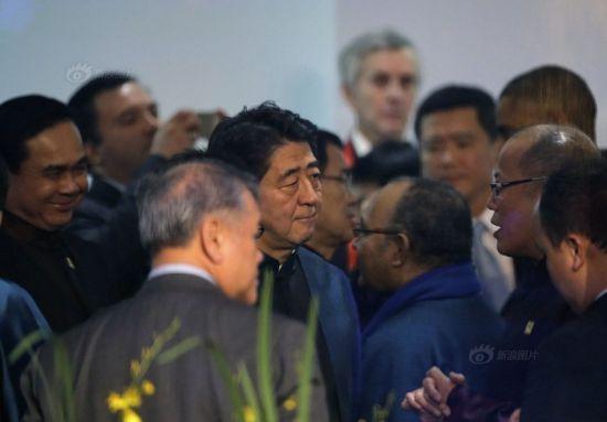 Japanese president Shinzo Abe (C)
