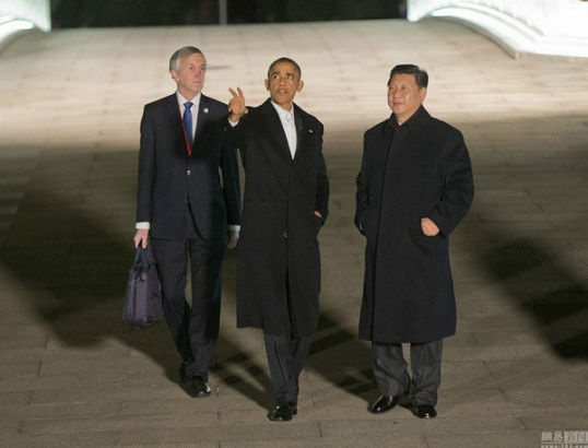 President Xi Jinping and US President Barack Obama go on a stroll in Zhongnanhai, the area of Beijing known as the heart of the government, on Tuesday evening, Nov 11, 2014.[Photo/Xinhua]