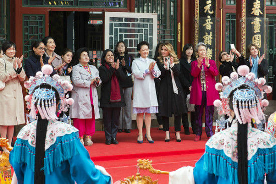The ladies applaud a demonstration of Peking Opera at the imperial theater in the Dehe Garden of the Summer Palace. [Photo/Xinhua]