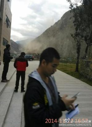 A local resident sends messages after an earthquake hit Kangding. [Photo provided on Weibo]
