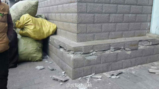 The debris falling from the buidling after an quake.[Photo provided from Sina Weibo]