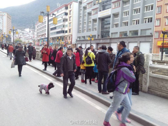Residents stay outside after an earthquake in Kangding county. [Photo provided from Sina Weibo]