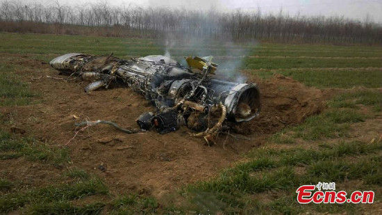 Photo taken on December 22, 2014 shows the damaged engine of the plane at the crash site in Northwest China's Shaanxi province. [Photo/ IC]