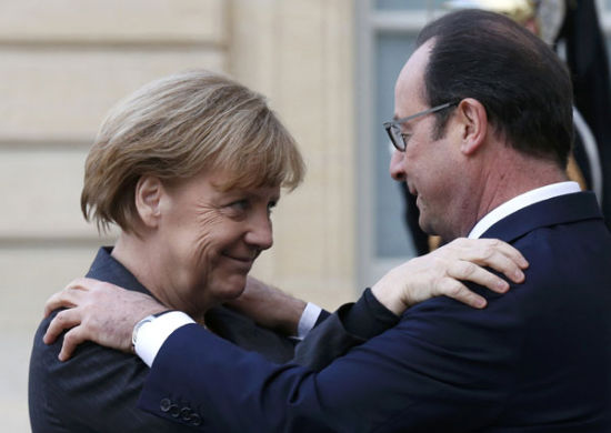 French President Francois Hollande (R) welcomes Germany's Chancellor Angela Merkel as she arrives at the Elysee Palace before the solidarity march (Rassemblement Republicain) in the streets of Paris January 11, 2015.[Photo/Agencies]