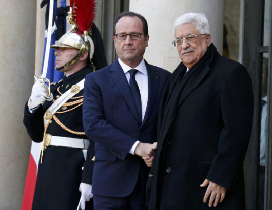 French President Francois Hollande (L) welcomes Palestinian President Mahmoud Abbas (R) at the Elysee Palace before attending a solidarity march (Marche Republicaine) in the streets of Paris January 11, 2015.[Photo/Agencies]