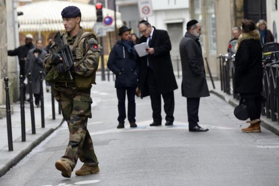 A French policeman patrols on January 12, 2015 in the Jewish quarter of the Marais district of Paris (AFP Photo/Bertrand Guay)