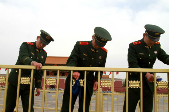Soldiers clean the golden guardrails around Tiananmen Square in Beijing on Feb 27, 2015. More than 200 soldiers were mobilized in the cleaning operation ahead of the two sessions of the National People's Congress and Chinese People's Political Consultative Conference.(Photo/people.com.cn)