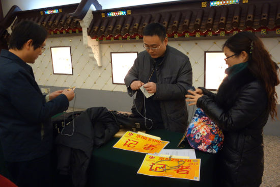 Reporters check their documentation. [Photo/CFP]